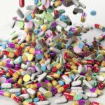 Jede Menge Medikamente (Tabletten und Kapseln), buntes Durcheinander