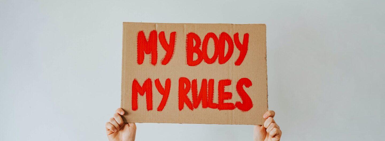 """""""My body, my rules"""". Aufschrift auf einem hochgehaltenen Plakat. (Foto von olia danilevich von Pexels)"""